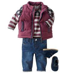 Ensemble 3 pièces comprenant un T-shirt manches longues, une doudoune sans manches et un jean. Look petit boy