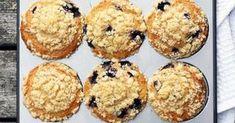 Oi, mehevän muffinssin ja rapsakan murukerroksen yhdistelmä on täydellinen! Herkullisten mustikkamuffinssien taikinan salaisuus piilee piimässä. Pinnalle ripotellaan ihanan rapeaa ja voi-murutaikinaa. Nautiskele päiväkahvin kanssa tai vaikkapa viikonlopun aamiaisella.