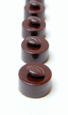 Recette du bonbon en chocolat noir Café Sigri Nouvelle Guinée et Cardamome Chocolate Bonbon, Death By Chocolate, Chocolate Desserts, Luxury Chocolate, Chocolate Shop, Nutella, Gimme Some Sugar, Blog Patisserie, Candy Making