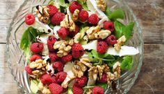 Mixed green salad with Brie, raspberries, walnuts and balsamic. Salad In A Jar, Salad Bar, Salad Recipes, Healthy Recipes, Healthy Food, Fish And Chips, Food Inspiration, Foodies, Brie