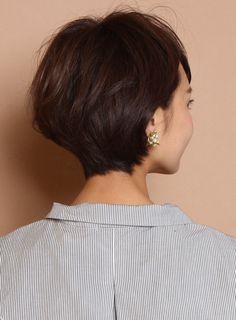 大人女性にオススメのスタイリング簡単ショートスタイルです!サイドは耳にかけてもかけなくても可愛いようにカットします。トップは前髪につないでボリュームアップのふんわりレイヤーをいれます。後頭部もふんわりさせて、襟足は首にそって収まりやすいようにカットします。