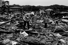 The town of Kessennuma was hit by the tsunami and fires. A mother and her daughter are looking for their belongings.  COPYRIGHT:Gianni Giosue