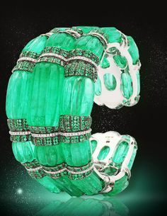 27 melon carved long emerald beads round brilliant-cut emeralds 280 round brilliant-cut diamonds Total weight of all emeralds is carats Total weight of all diamonds is carats Combined weight of all emeralds and diamonds is carats Emerald Bracelet, Emerald Jewelry, Emerald Rings, Gemstone Bracelets, I Love Jewelry, Fine Jewelry, Jewelry Design, Geek Jewelry, Jewelry Necklaces