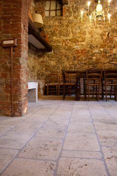 Klassischer Stil in dieser Küche aus Naturstein und antiken Backsteinen