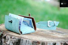 Portofel din piele naturala 15 -verde lichen animal print relief -compact -captusit cu piele maro -accesorizat cu capsa si inchizatoare metalica nichel innegrit -dimensiuni l=5,5cm h=9,5cm g=1,5cm  PRET: 50 lei