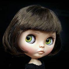 Are you ready for Christmas? • • • #Sonydolls #blythedoll #blythe #picoftheday #custombysony #customdoll #muñeca #dolls #dollcollector #dolllover #eyes #greeneyes #ブライス  #puppelina #toys #bigeyes #navidad #holidays #black #portrait #dollstagram #handmade #brunette #shorthair #lips #makeup #artistoninstagram #toys4life #ilovemyjob #Sonia