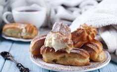 Ekleras - burnoje tirpstantis, nepamirštamo skonio, tradicinis prancūziškas desertas, suteikiantis tikrą palaimos minutėlę... Tai pailgas, plikytos tešlos pyragaitis, užpildytas gardžiu kremu ir aplietas šokoladu. Vertėtų bent kartą gyvenime pasimėgauti eklerais ir puodeliu kavos Paryžiuje, o beplanuojant kelionę šių tobulų pyragaičių galite išsikepti namuose. Dalinamės plikytos tešlos ir skanutėlių eklerų įdarų bei šokoladinės glazūros receptais.