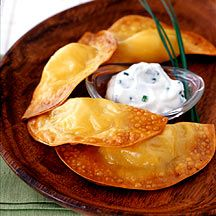 Other pinner said. WW Potato Cheese Dumplings with Sour Cream Chive Dip. Make sure to use the small wonton wrappers (I used the medium my first time and they weren't filled enough!) - no one knows it's a WW recipe. Looks like Perogis! Wonton Recipes, Ww Recipes, Appetizer Recipes, Cooking Recipes, Weight Watchers Appetizers, Weight Watchers Meals, Healthy Snacks, Healthy Recipes, Gourmet