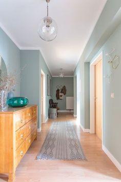 Türchen #2: Die schönsten Einrichtungsideen für den Flur + Hay-Chair-Verlosung | SoLebIch.de  Foto: karina_s  #einrichten #wohnideen #wohnen #dekoration #einrichtungsideen #solebich #interior #interiordecor #flur #wandfarbe #grün #türkis Entry Hallway, Hallway Ideas, Home Staging, Hallway Colours, Wall Colors, House Colors, Corridor, April April, Murs