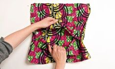e cushion cover - Do SomethingHow to make a simple cushion cover - Do Something - envelope back Chair Cushion Covers, Diy Cushion, Small Sewing Projects, Sewing Hacks, Sewing Tips, Diy Projects, Retro Office Chair, Office Chairs, Yellow Accent Chairs