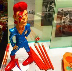 Bowie - Ziggy Stardust - #poppingupdoc  #popsurrealism  #pop  #popart #streetart #Graffiti #artederua #graffiti #art #artwork #contemporaryart #modernart #realcreativeart #watercolor #urbanart #cores #colores #colors #sprayart #intervention #urbanintervention #graffitiwall #kunst #photooftheday #street #graffitiart #toptoyphotos #toyplanet #toyrevolution #toyark #toyunion #toygroup #toyplanet #toyslagram  #designertoys #kidrobot #sculpture Modern Art, Contemporary Art, Bowie Ziggy Stardust, Urban Intervention, Robots For Kids, Graffiti Wall, Top Toys, Pop Surrealism, Designer Toys