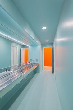 A Look Inside McCann Worldgroup's Madrid Headquarters - Officelovin Restroom Design, Bathroom Interior Design, Minimalist Architecture, Architecture Design, Co Design, House Design, Wc Public, Public Bathrooms, Changing Room