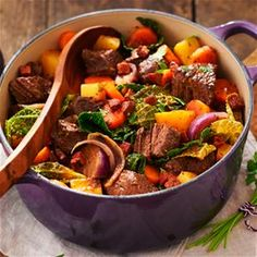 Rundvleesstoofpot met wintergroenten Alive And Cooking, Christmas Food Treats, Beef Recipes, Healthy Recipes, Best Dishes, Everyday Food, No Cook Meals, Healthy Cooking, Soul Food