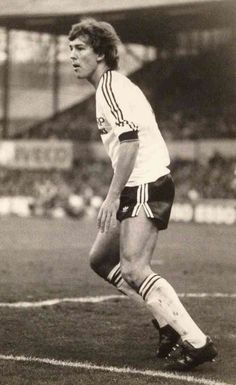 Bryan Robson of Man Utd in We Are Manchester, Manchester United Football, Retro Football, Football Kits, Bryan Robson, Association Football, Soccer World, Football Pictures, Man United