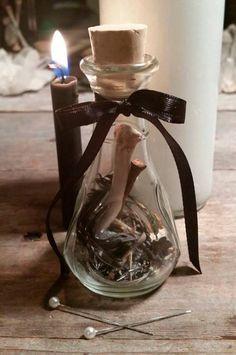 Bottiglia della Strega: La bottiglia della strega, è un antico metodo di difesa, e di protezione... essa, blocca il male contro di voi e lo restituisce al mittente. Ovviamente, non dobbiamo essere artefici di cattive azioni, o vendetta, ma sicuramente possiamo e dobbiamo proteggerci