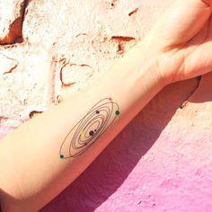 <p>Naves espaciais, cosmos, planetas, ovnis, astronautas… Se você curte tudo o que é relacionado a estas palavrinhas – de filmes a estampas de roupas e objetos decorativos – a gente precisa te fazer uma pergunta: você já pensou em gravar algo do tipo na pele?! As inspirações de tatuagem de hoje estão justamente dentro deste […]</p>