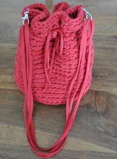 TUTORIAL DE BOLSO BOMBONERA DE TRAPILLO - Mon petit Crochet Crochet Handbags, Crochet Purses, T Shirt Yarn, Love Crochet, Drawstring Backpack, Bucket Bag, Purses And Bags, Free Pattern, Diy And Crafts