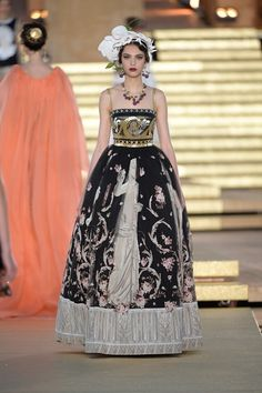 Find tips and tricks, amazing ideas for Haute couture. Discover and try out new things about Haute couture site Vogue Fashion, Fashion Week, Runway Fashion, Fashion Show, Fashion Design, Gothic Fashion, High Fashion, Vogue Paris, Vogue Japan