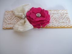 Tiara de renda com laço de renda e flor de feltro