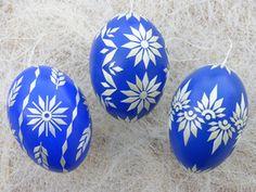 3 echte Ostereier mit Stroh verziert, Ultramarine