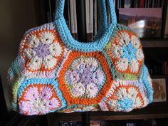 Cartera al crochet con flores africanas