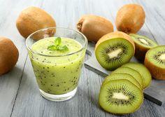 1 kiwi e meio  Meio abacaxi pérola sem o miolo  Raspas de gengibre  200 ml de água de coco gelada