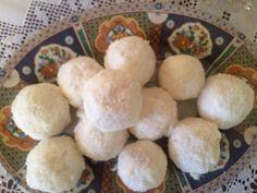 «Κεράσματα»Σίφνου μόνο με τρία υλικά!!! ΥΛΙΚΑ 120 ml κρέμα γάλακτος 400 γραμ. λευκή σοκολάτα κουβερτούρα 300 γραμ. ινδική καρύδα(Κρατάμε τα … Greek Desserts, Fun Desserts, Time To Eat, Cupcake Cookies, Biscotti, Food To Make, Deserts, Food And Drink, Favorite Recipes