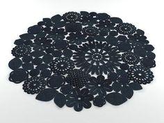 こんにちは! 今日は海外のかぎ針ドイリー&ラグをご紹介します。 綺麗な色使いや、ボリューム感、デザインなど、とても参考になります! それではGO! 海外のドイリー&ラグ ランダムモチーフラグ ターコイズラグ フクロウラグ 繊細で色使い可愛いドイリー ダイナミックラグ ブラックラグ 多色ドイリー 何か海外っぽいデザインドイリー 繊細なフラワードイリー 色使いが最高に可愛いドイリー 大小ラグ ドイリーをそのまま拡大ラグ 高級感漂うシンプルラグ 白い部屋に良く映えるラグ 麻紐編み込み型ラグ 立体編み配色ドイリー 布編んだ型ラグ 高級な雰囲気の幾何学柄ラグ シンプルモチーフ繋ぎラグ オレンジドイリー 渋い親父の部屋でも合いそうなラグ 変わっててモダンなラグ 綺麗な色使いドイリー 組み合わせが美しいドイリー 一目惚れした美しいラグ ターコイズ×グレーが綺麗なラグ 超シンプルモチーフ繋ぎラグ まとめ いかがでしたか? 色使いや、ラグのダイナミック感がすごく海外っぽい!と思いました。大きなサイズのラグはハードル高そうに見えますが、糸と針を用意出来れば割と簡単です! しかし! 一...