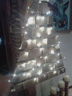 Kaartenhouder voor kerst.gemaakt uit een pallet.Geverfd met wit en goudkleur.