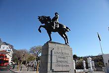 """'n Ruiterstandbeeld van genl. Louis Botha staan op Stalplein aan die bopunt van Pleinstraat in Kaapstad. Die beeldhouer was die Italiaan Romano Romanelli en die beeld is op 2 Februarie 1931 onthul deur die vrou van sir Frederic de Waal. Die inskripsie op die beeld lui: """"Louis Botha boer krysgsman staatsman""""."""