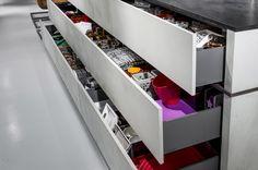 Een strakke moderne keuken met wit met grijs Zoekt u deafzuigkap? Zoek nog eens goed. Heeft u hem al gevonden? In 2003 introduceerde Wave als eerste...