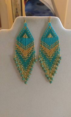 Ces boucles d'oreilles perles indigènes sont fabriqués sur mesure il Turquoise, or. Ils sont environ 4 po long avec fils d'or sur eux, peut être modifiée à la poste ou des pinces. Il vous avez des Questions il suffit de demander. Merci de votre visite.