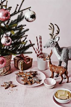 Beautiful Christmas Holiday Tree Decorating Inspirations and 40 Creative DIY Christmas Holidays Gift Wrapping Ideas for Your Inspiration. Christmas Mood, Noel Christmas, Merry Little Christmas, Pink Christmas, Vintage Christmas, Christmas Cookies, Country Christmas, Woodland Christmas, Christmas Raindeer