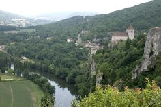 Saint Cirq-Lapopie is verkozen tot het favoriete dorp van Frankrijk en behoord tevens tot de 'Les plus beaux villages de France'. Het dprp ligt op een 75 meter hoge rots boven de Lot vlakbij Cahors.