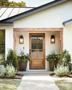 front door inspiration wood front door with big windows home decor inspiration entryway landscaping inspiration Design Exterior, Exterior Paint, Exterior Siding, Ranch Exterior, Diy Exterior, Wood Exterior Door, Wood Siding, Exterior French Doors, Home Exterior Colors