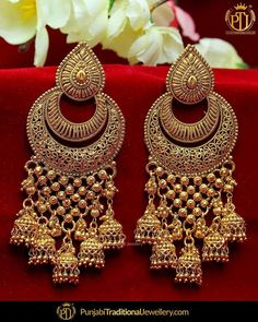 Jewelry OFF! Indulge yourself with a pair of these earrings and keep the compliments coming girls! Gold Jhumka Earrings, Indian Jewelry Earrings, Indian Jewelry Sets, Jewelry Design Earrings, Gold Earrings Designs, Indian Wedding Jewelry, Antique Earrings, Bridal Jewelry, Hoop Earrings
