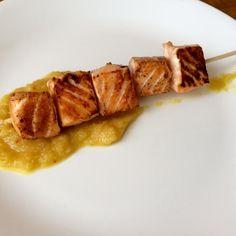 Aprende a preparar brochetas de salmón y piña con esta rica y fácil receta.  El…