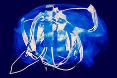 Lost Horizon. Aus der Serie Pathfinder. 2013 Rotierende Raumcollage aus Draht, Papier, Klebeband, Schnur,  digital Druck und Schwarzlicht Skulptur, Objekt, Video, Installation, Fotografie Markus Wintersberger 2013  #markuswintersberger #medienwerkstatt006 #losthorizon #pathfinder #skulpturinbewegung #raumzeichnung #blinderfleck #imagination #mnemosyne #raumcollage #apollo #musensitz #erinnerung #hieronymusbosch #vienna #austria