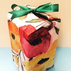 Make your own gift box by reusing a tetra pak. Simple Gifts, Easy Gifts, Diy Souvenirs, Tetra Pak, Leaf Bowls, Expensive Gifts, Diy Gift Box, Sweet Messages, Present Gift