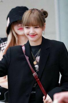 Your source of news on YG's current biggest girl group, BLACKPINK! Please do not edit or remove the logo of any fantakens posted here. Jennie Blackpink, Blackpink Lisa, Yg Entertainment, South Korean Girls, Korean Girl Groups, Jenny Kim, Thai Princess, Golden Princess, Rapper