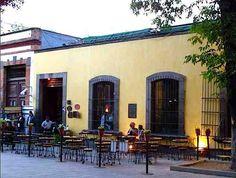 El Hijo del Cuervo, Ciudad de México. Es un bar muy típico en Coyoacán, espacio de encuentro cultural donde podrás disfrutar de buena música y conversar con los amigos. (55) 5658-7824|pág. web Lun a Mié 16 a 23:30 hrs, Jue a Dom 13 a 24 hrs. Jardín Centenario No. 17 Frente a la Plaza, en el Centro de Coyoacán