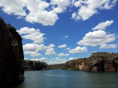 Cânion do Xingó <br />Paisagens, formações rochosas, águas verdes e cristalinas, trilhas ecológicas, Parque Temático da Caatinga, vegetação exuberante e fauna diversificada: isso é o Xingó, localizado no município de Canindé do São Francisco, a 213 km de Aracaju (capital de Sergipe), às margens do extenso e famoso rio de mesmo nome. <br /> <br />Sendo um dos lugares mais bonitos do Brasil, não é à toa que a região é visitada por turistas brasileiros e estrangeiros interessados em conhecer…