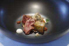 Cordero con puré de berenjenas y garbanzos, pies de cordero y tomate especiado. Una albóndiga mágica que realza un plato con alma de zoco oriental.