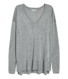Gray melange. Sweater in a soft, fine knit with a V-neck. Low, dropped shoulders, slits at sides, and ribbing at neckline, cuffs, and hem. Slightly longer