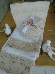 Explore Costura com Arte . Dish Towels, Hand Towels, Tea Towels, Fabric Crafts, Sewing Crafts, Sewing Projects, Decorative Towels, Creation Couture, Linens And Lace