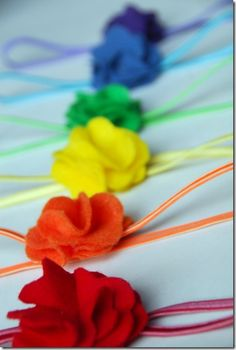 Rainbow Felt Headband Tutorial-Used as favors for Rainbow Party Today, we worked on them. I bring you my rainbow felt headband tutorial so you can make them yourself. Easy Diys For Kids, Diy Gifts For Kids, Crafts For Boys, Fun Crafts, Craft Kids, Rainbow Headband, Felt Headband, Flower Headbands, Baby Headbands