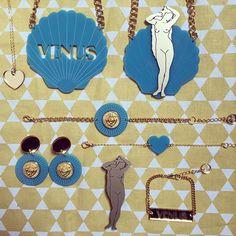Parce qu'il se marie parfaitement à l'or de notre animal fétiche de la saison, le lion, et nous évoque les carreaux d'une belle salle de bain ancienne, le bleu porcelaine est notre couleur préférée cet hiver. Tous ces bijoux sont disponibles sur notre eshop et certains d'entre eux dès samedi chez @vousboutique . #mumpish #bijoux #jewellery #jewelry #bleu #bluemood #porcelaine #gold #lion #deesse #venus #shell #coquillage #coeur #créateurs #madeinfrance #toulouse #igerstoulouse #picoftheday…