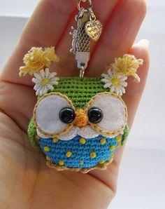 Olá pessoal, eu sempre faço meus presentes de Natal, mesmo que compre, sempre coloco alguma lembrança feito por mim, Achei estas belezu... Crochet Birds, Cute Crochet, Crochet Crafts, Crochet Baby, Crochet Projects, Knit Crochet, Owl Keychain, Crochet Keychain, Crochet Bookmarks