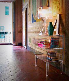Mueble de apoyo Ghost Buster en color cristal, diseño de Philippe Starck para Kartell., ganador del premio Good Design Award. Lámpara de mesa Bourgie, diseño de Ferruccio Laviani también en color cristal para Kartell. Ambos diseños fabricados en Italia. Mayores detalles de estos diseños en: Kartell Flagstore Mexico City. Av. Presidente Masaryk 515 Col. Polanco. México D.F. Tel. (55) 5282 0232 y 5282 0607. www.kartell.it E-mail: emma.blanco@points.com.mx Points Santa Fe. Centro comercial…