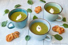 Een spectaculair groene courgette soep met courgette, spinazie en appel. Een lichte en frisse smaak, die zelfs kinderen in een anti-groente fase lekker zullen vinden. Klaar in 20 minuten.
